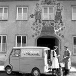 früher Goggo Transporter vor Gasthof in Dingolfing (1957)