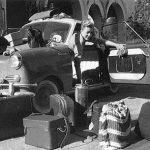 Weltreisende Marlotte Aue beim Gepäckcheck in Indien (1958)